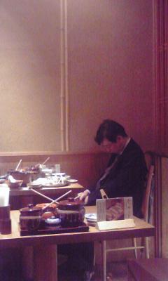 ご飯食べながら寝てる人